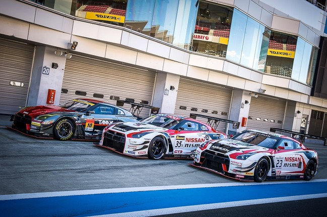 3 GT-R cars lined up