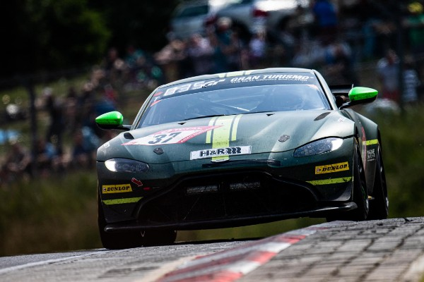 ASTON MARTIN'S VANTAGE WINNING WEEKEND_5d1083a6b91d0.jpeg